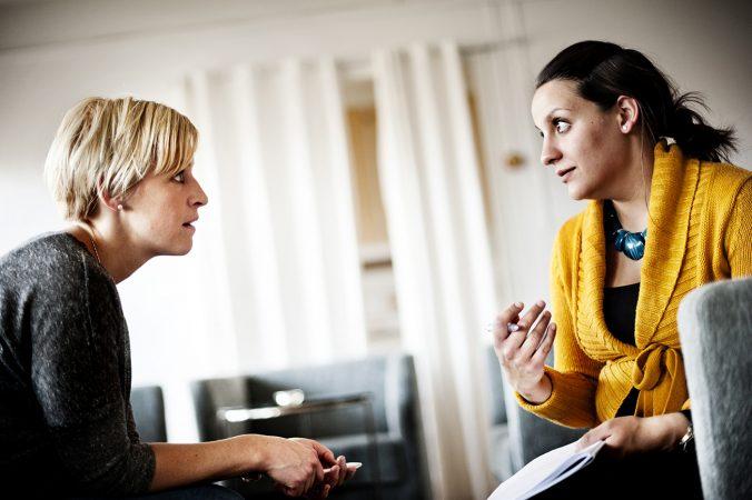 Malin Håkansson, produktionschef i Alvesta hjälper Amanda Sahlberg, brevbärare