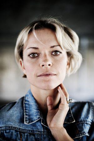 Petra marklund står i en tunnel