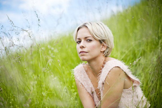 Petra marklund sitter på en äng