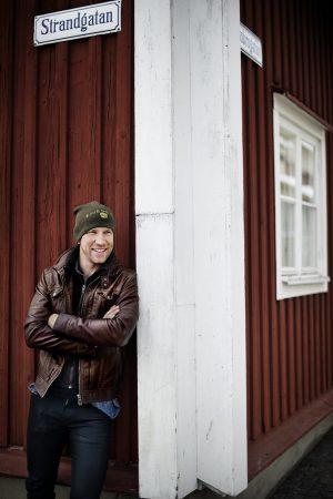 Henrik Rydström står på en gata i kalmar