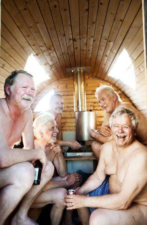 gubbar som badar bastu och dricker öl
