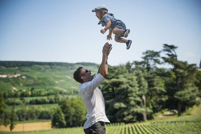 pappa kastar upp sin son i luften