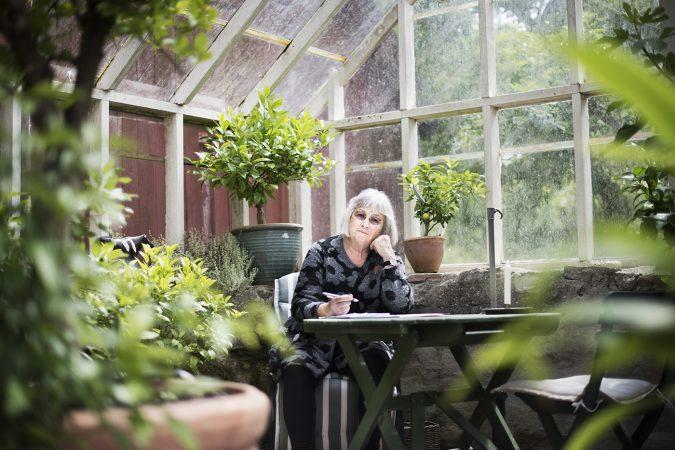 Författaren Barbro Lindgren i sitt växthus på Öland
