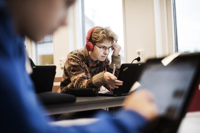 konsentrerad elev framför dator
